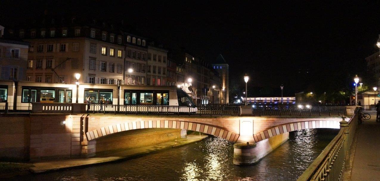 まちの夜景と調和した美しさを見せるストラスブールのLRT