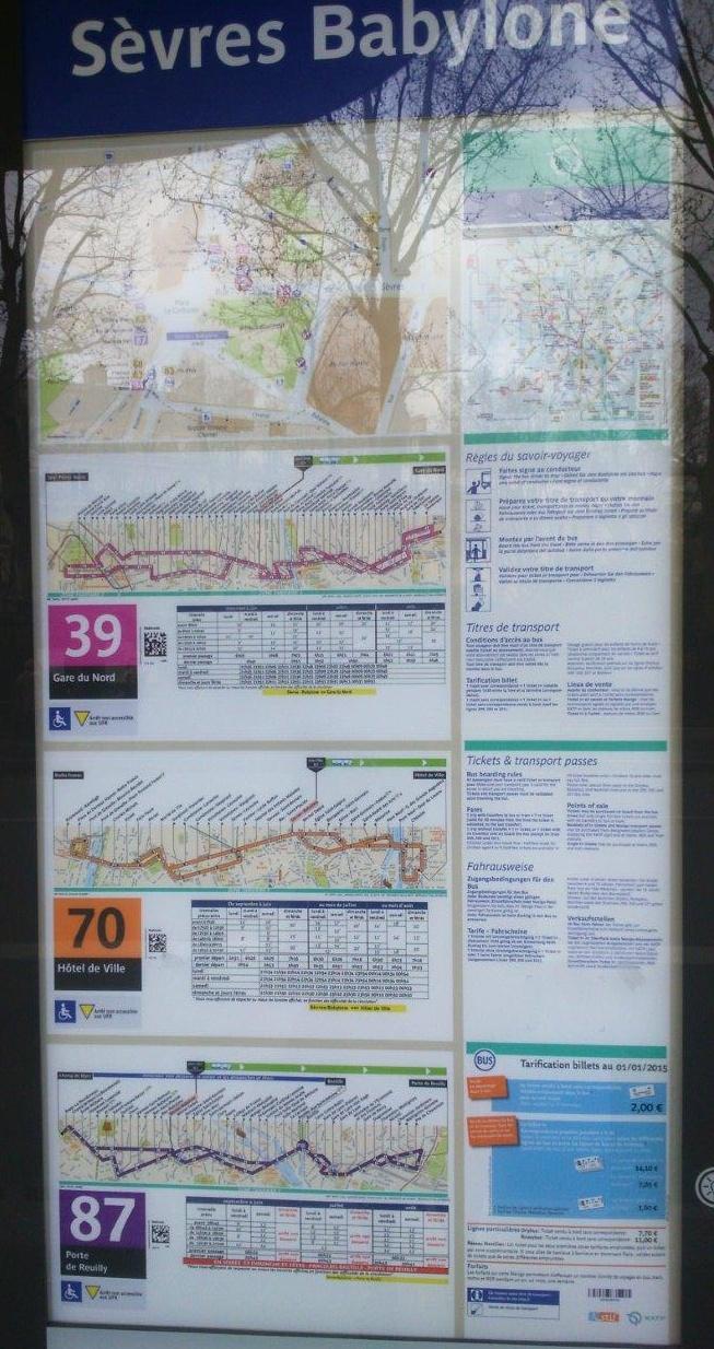 バス停には必ずそれぞれの路線地図と時刻表が明記