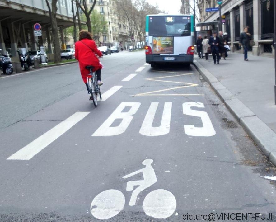 パリの路線バス専用レーンは自転車やタクシーと共有しているスペースが多い