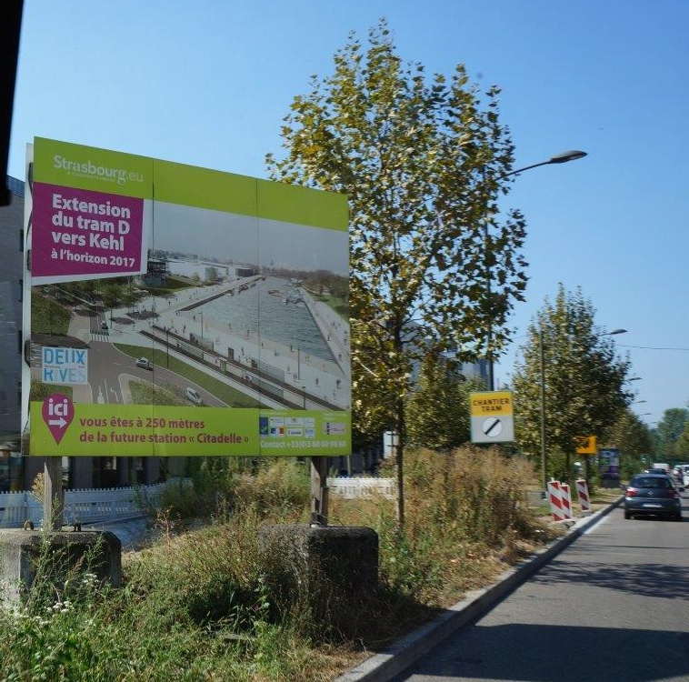 そして新しく出来る①番の「CITADEL駅まで今あなたは250mの位置にいます」という書かれたポスター。将来のLRT駅のイメージはスマートだが工事現場は夏草。