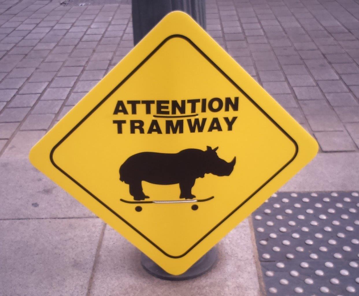 ある日、交差点にこんな標識が突然現れました。