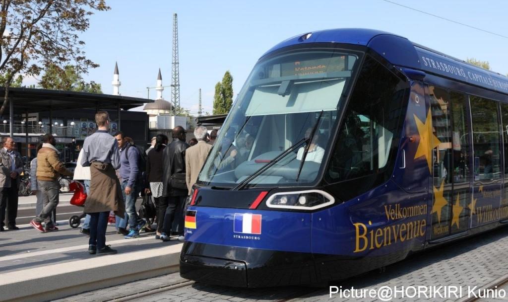 ドイツとフランスの国旗をフェイスに貼り付けた、開通式で運行した車輌。この深いブルーの車体デザインは欧州機構50周年を記念してかつてから使われており、車体全体に「Welcome」がEU加盟国の様々な言語で記載されている