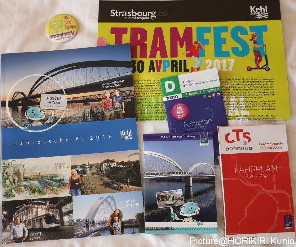 D線のドイツへの延長を紹介する、フランス語、ドイツ語のパンフレット。すべて自治体が観光している