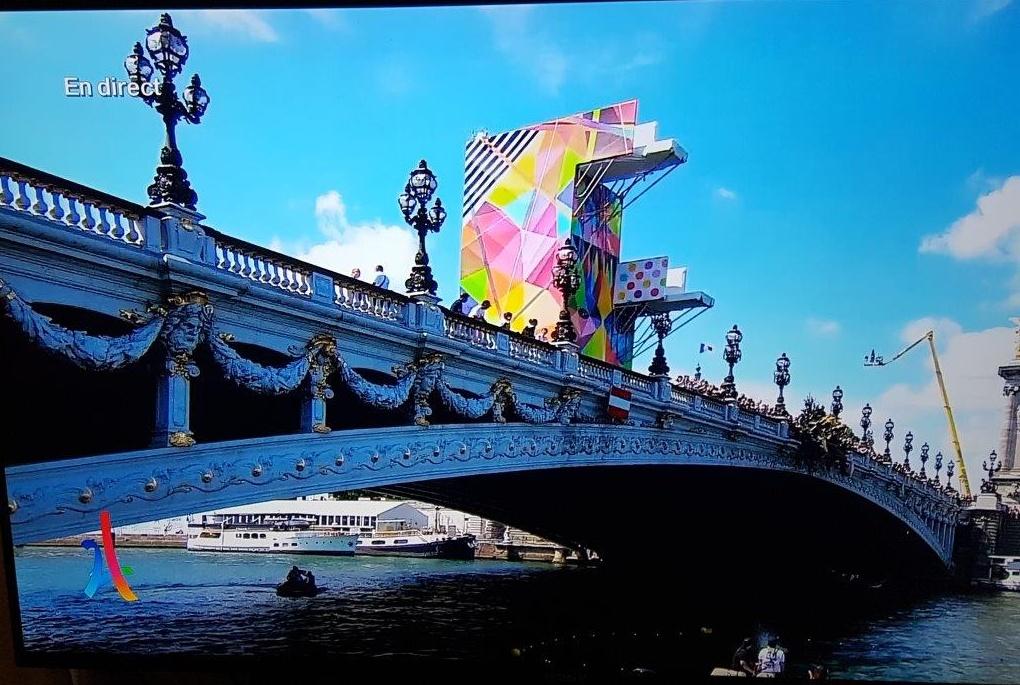 橋には飛び込み台が設けられ、選手がセーヌ河への飛び込みを披露した