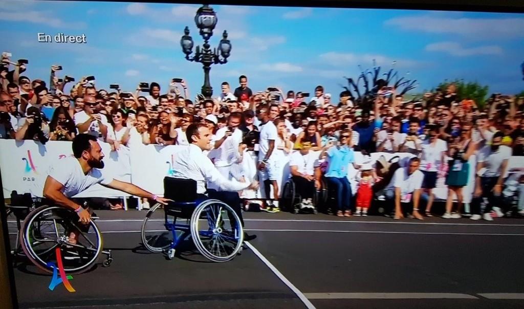 現職の大統領が、クルマ椅子テニスに挑戦。
