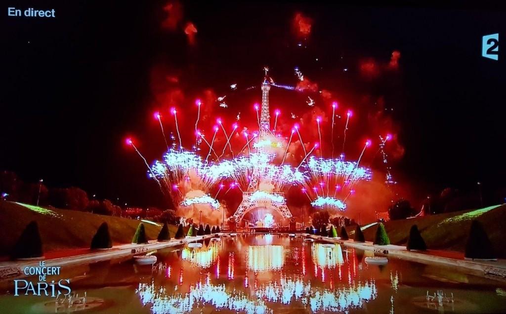 エッフェル塔そのものにも照明をあて、花火はエッフェル塔そのものからと、塔の背後から打ち上げられる。音楽を伴う巨大なプロジェクトマッピング。