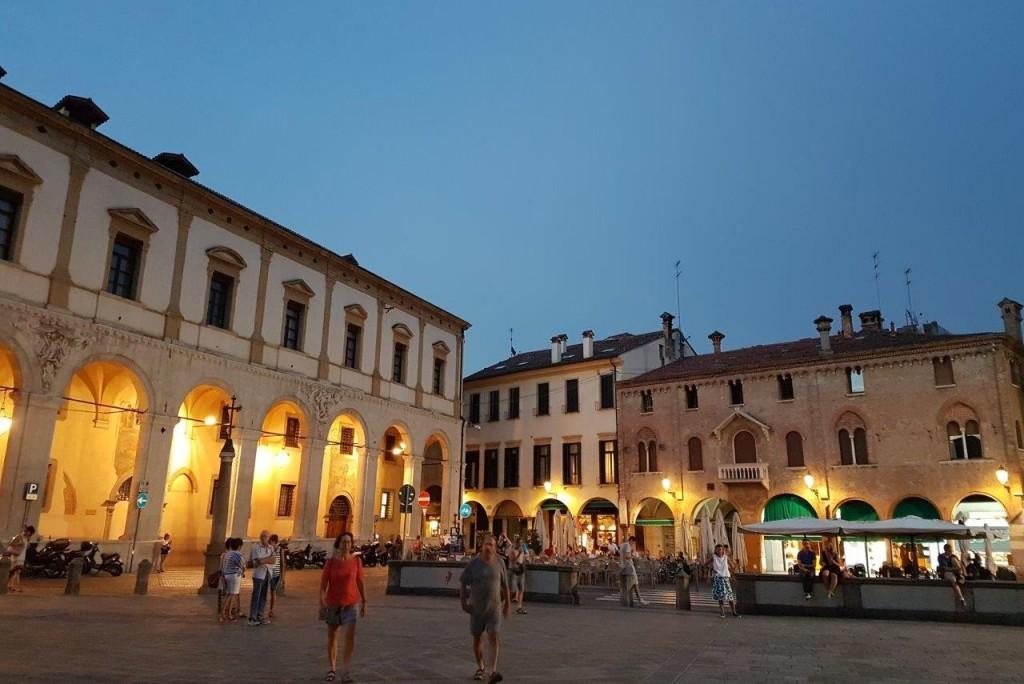 小さな自治体でも、ベニスに近く、歴史・文化遺産が豊富なことから、観光客も多い。夏の宵には、あちらこちらにある広場でコンサートも開かれる。