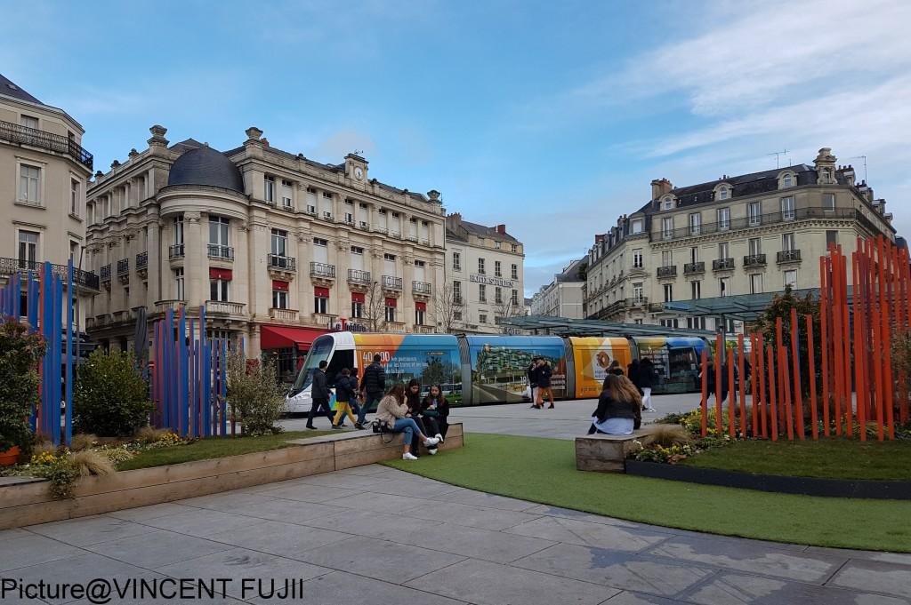 まちの中心広場の表情も、3月からの新しい景観にお化粧直し。プレイスメイキング。