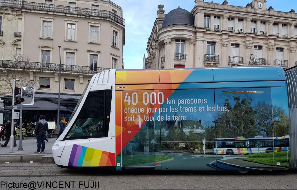 毎日、LRTとバスは4万KM走行しています。地球一週分にあたります。というメッセージ