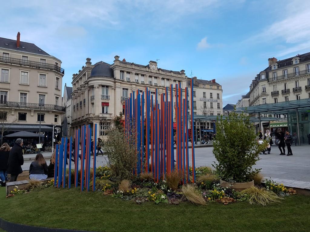 そして、春の訪れを待つ広場。今年の2月は、欧州、どこも寒かった。