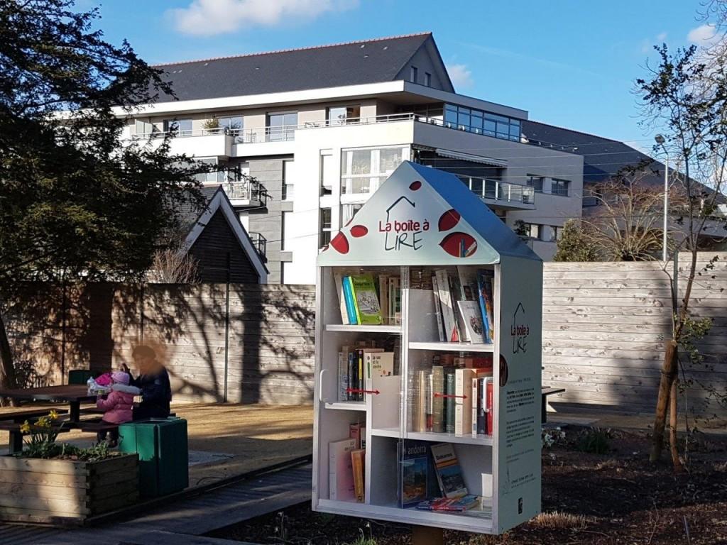 春先の公園の、「図書ボックス」市民の誰もが、既読の本を置き、それを借りて読み終わった人は、また本棚に返すシステム。まち角でも良くみかける。