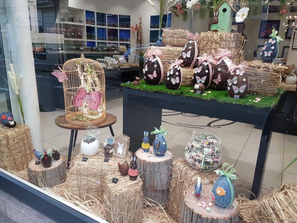 今年のイースター(復活祭)は、早い(4月1日)まちのチョコレート屋さんおショーウインドウは、復活祭のタマゴチョコで一杯になる。復活祭の日に、庭に隠したタマゴチョコを、子供たちが探すのが恒例のイベント。