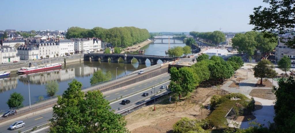 手前の橋の向こう側に、LRT専用の新しい架橋工事が進んでいる。