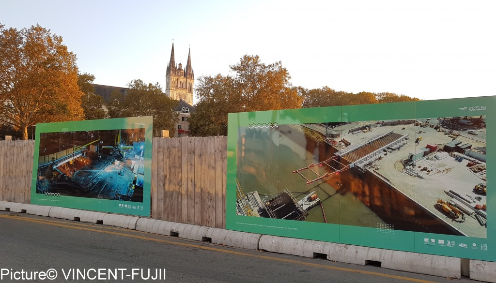 工事の様子を示すパネルが、工事現場に立てかけられている。