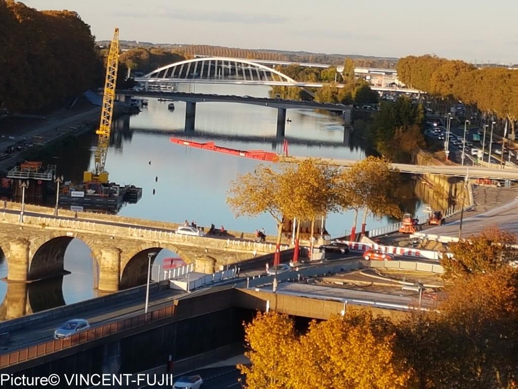 LRTと歩行者、自転車しか渡らない橋。
