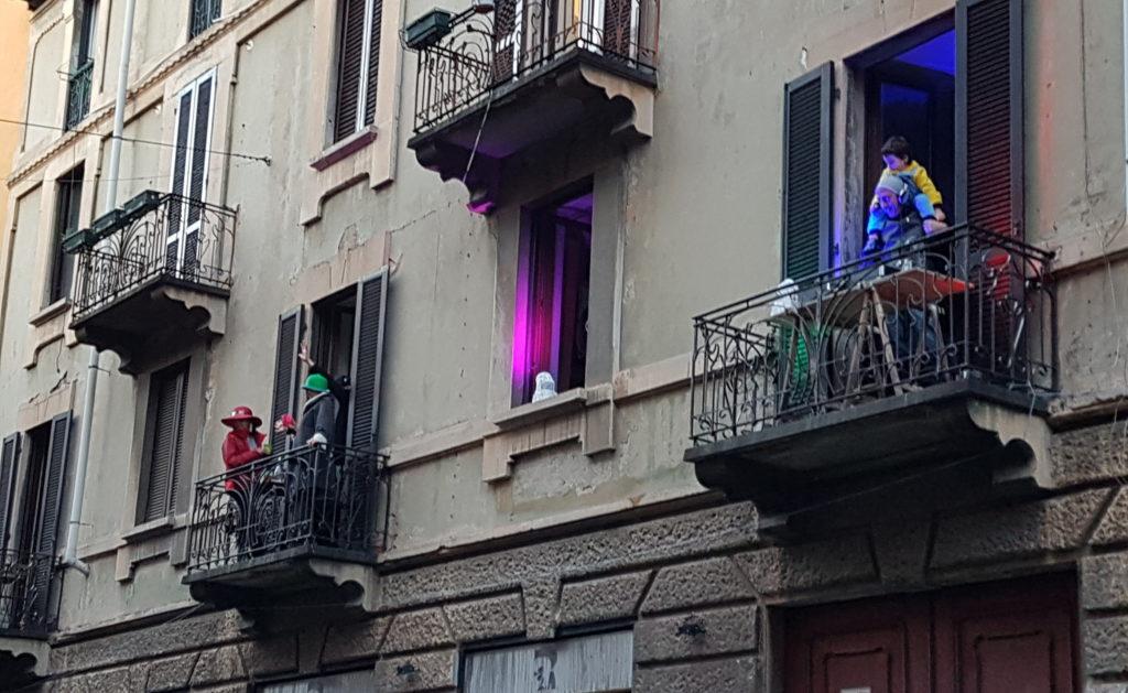 バルコニーにミニディスコを設置した人たち。通りの対面側のバルコニーも同じく踊って答えていました。